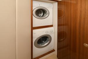 52' Viking 52 Convertible 2006 Washer/Dryer