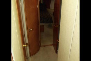46' Viking 46 Flybridge Yacht 1999 Companionway