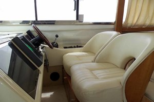 46' Viking 46 Flybridge Yacht 1999 Lower helm seat