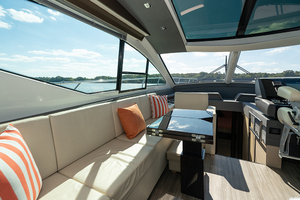 60' Cruisers Yachts 60 Cantius 2017 Port salon