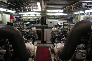 82' Horizon Flybridge Motor Yacht 2001 Engine Room