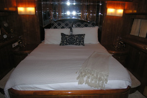 82' Horizon Flybridge Motor Yacht 2001 VIP Forward Stateroom