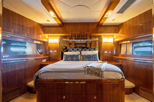 82' Horizon Flybridge Motor Yacht 2001 Forward VIP