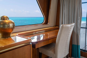 82' Horizon Flybridge Motor Yacht 2001 Salon Desk