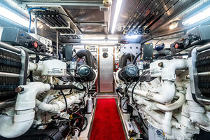 82' Horizon Flybridge Motor Yacht 2001 Engine Room Aft