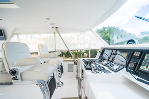 82' Horizon Flybridge Motor Yacht 2001 Helm