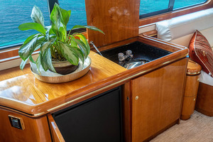 82' Horizon Flybridge Motor Yacht 2001 Port Side Salon Wet Bar and Refrigerator