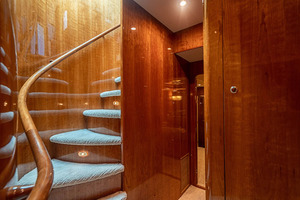 82' Horizon Flybridge Motor Yacht 2001 Forward Stairwell