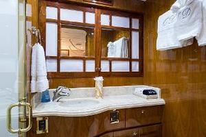 96' Hargrave Skylounge 2005 Guest Twin Bath - Mid Port