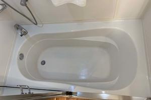 65' Pacific Mariner 65s 2000 Master Bathtub