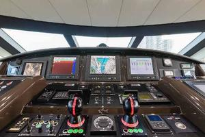 105' Numarine 32xp  2020 Helm Station 2