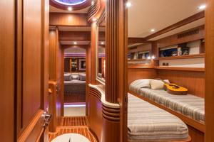 65' Hampton Endurance 658 Lrc 2017 Foyer