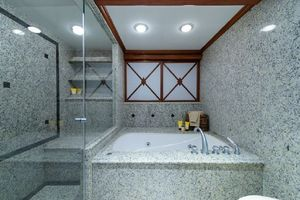 95' Cheoy Lee Bravo Series 2006 Master tub and shower