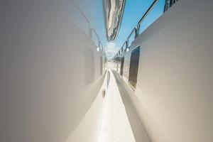 Hatteras 72 - Taz - Passageway