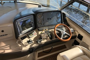 Sea Ray 42 - The Beat Goes On - Helm