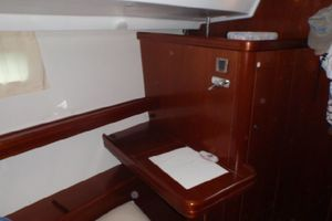 52' Beneteau 523 (owners Version) 2005 Dresser table with bench