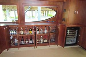 68' Hatteras 68gt 2009 Salon Entertainment Bar