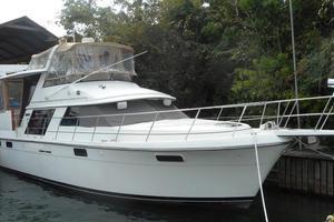 42' Carver 4207 1988 1988 Carver 4207 Aft Cabin Motor Yacht starboard bow