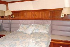 42' Carver 4207 1988 1988 Carver 4207 Aft Cabin Motor Yacht owner's island queen berth