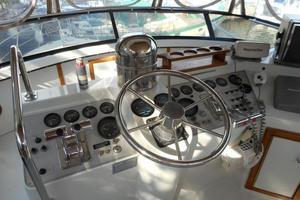 42' Carver 4207 1988 1988 Carver 4207 Aft Cabin Motor Yacht helm