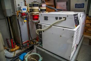 53' Uniesse 53 2005 Engine room generator