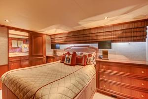 118' Broward Raised Pilothouse MY 2000 VIP Queen Guest Stateroom