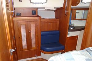 44' Island Packet 440 2007 Forward Stateroom - Dressing Table