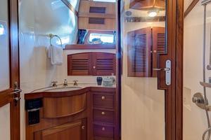78' Marlow 2006/2017 78E Marlow Luxury Yacht 78ft 2006 Guest Bathroom