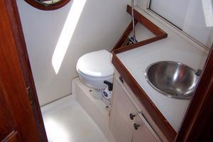 50' Gulfstar Center Cockpit Sloop 1977 50 Gulfstar CC Guest Head