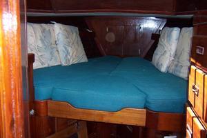 50' Gulfstar Center Cockpit Sloop 1977 50 Gulfstar CC FWD Guest Cabin