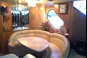 52' Bluewater Yachts millennium 2001 Dining table