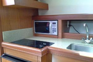 34' Mainship Pilot 2008 Full galley with microwave and 2 burner stove