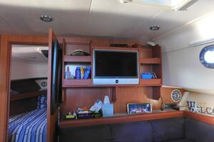 34' Mainship Pilot 2008 Interior shows like new, all new custom bedding