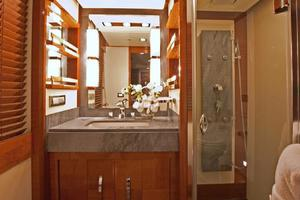 85' Azimut 85 2007 Guest Bathroom