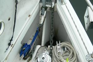 49' Hunter 49 2007 Divided anchor locker