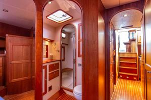 49' Alden Flybridge Express 49 2007 Master Head and Hallway
