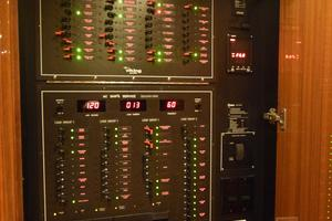 64' Viking Enclosed Bridge 2008 Controls