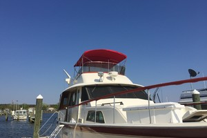 53' Hatteras Motor Yacht 1981 Stbd bow view