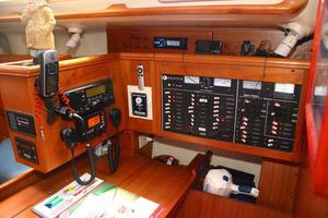 46' Hunter 460 2001 Nav station instruments