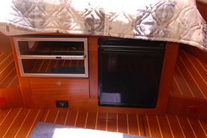 46' Hunter 460 2001 Wine cooler and icemaker under berth