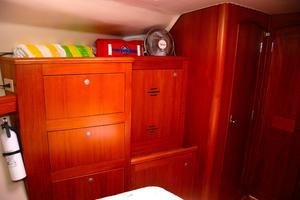 46' Hunter 460 2001 Master stateroon storage starboard