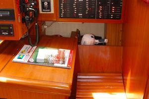 46' Hunter 460 2001 Nav station