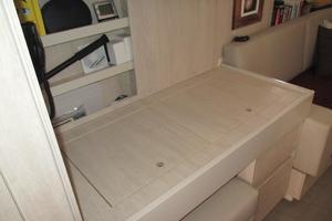 48' Leopard 48 2015 Desk