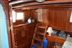 44' Marine Trader Tri Cabin 1978 Marine Trader 44 Classic Trawler Master Stateroom Companionway to Aft Deck