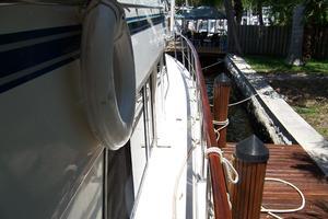 48' Chung Hwa Seamaster Sundeck 1989 48 Chung Hwa Stbd Side Deck