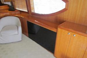 68' Hatteras Convertible 2005 Salon Smart TV
