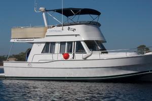39' Mainship 390 Trawler 2000 Starboard Profile