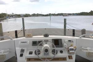39' Mainship 390 Trawler 2000 Flybridge Helm