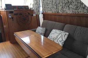 39' Mainship 390 Trawler 2000 Salon seating and table