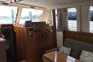 39' Mainship 390 Trawler 2000 Salon and Helm